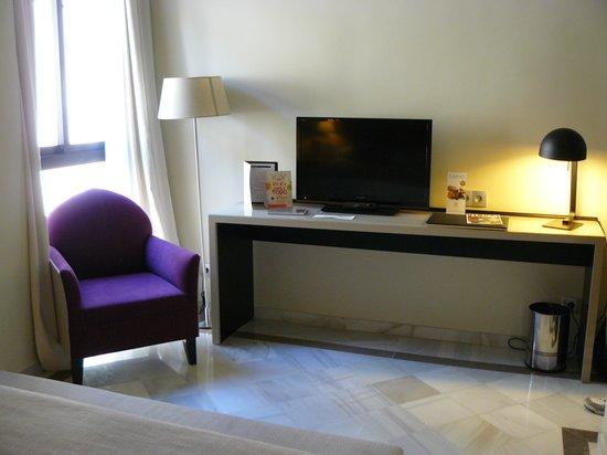 Leonardo Hotel Granada: television set