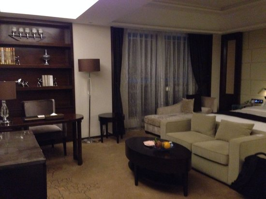 Maoming International Hotel : View to desk / bed