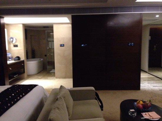 Maoming International Hotel: View to bathroom / lobby