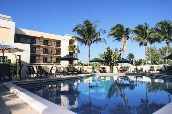 boca raton plaza hotel and suites pool