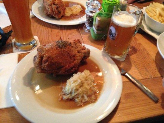 Ammergauer Maxbräu: joelho de porco à milanesa