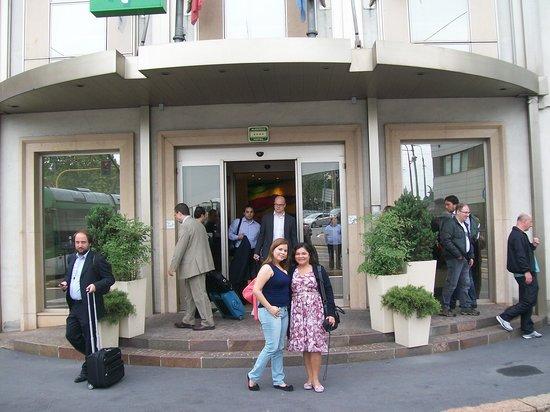 Holiday Inn Milan - Garibaldi Station: Em frente o hotel
