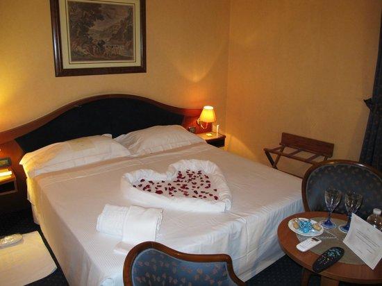Massimo Plaza Hotel : Il lettone, decorato...