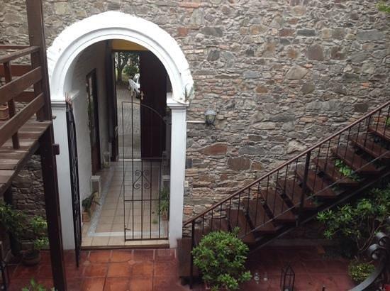 La Mision : desde la habitacion se ve el patio y la puerta que da al frente