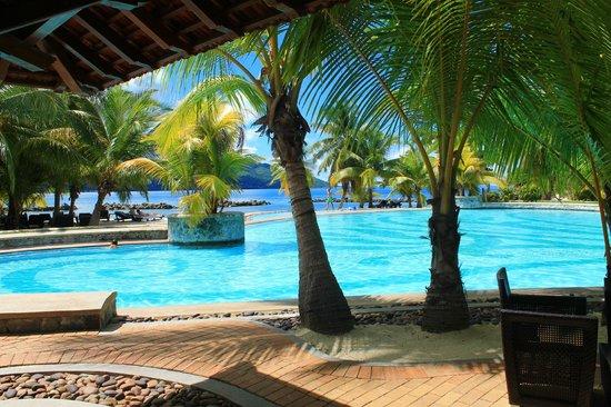 Beachcomber Seychelles Sainte Anne : La piscine vue du bar