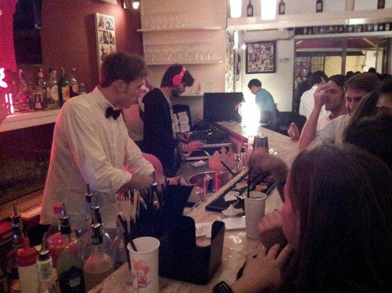 Vespa Cafe: barman