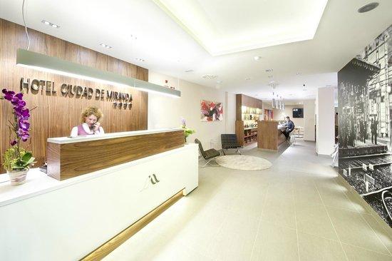 Hotel Sercotel Ciudad de Miranda: Hall y cafeteria