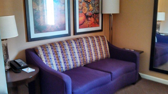 Mariposa Inn and Suites : King Deluxe sitting area