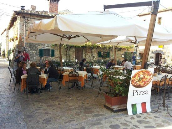 Ristorante Il Fuedo: Tavoli all'aperto nella piazza di Monteriggioni