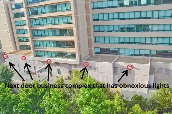 Radisson Blu Santiago La Dehesa: The next door business complex has obnoxious light