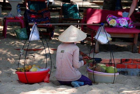 Nhat Lan: vendeuse de fruits frais sur la plage