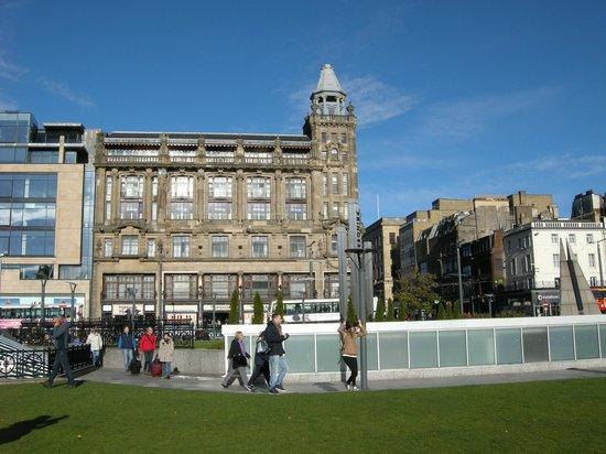 Travelodge Edinburgh Central Princes Street: Front view of Travelodge Princes Street