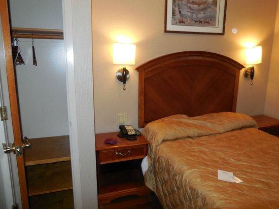 Belnord Hotel: Bed en kleerkast