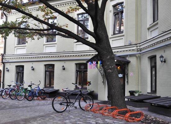Dream House : двор хостела с прокатными великами и парковкой