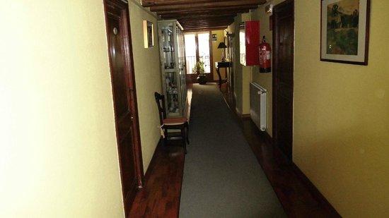 Hotel-balneari Sant Vicenc: Pasillo de habitaciones