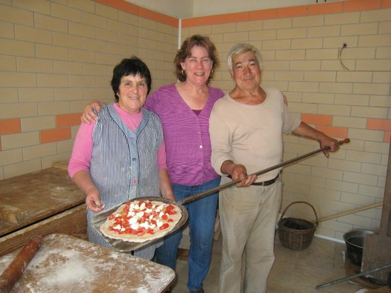 Agriturismo Mare e Monti : Immacolata and Salvatore showing me how to make pizza