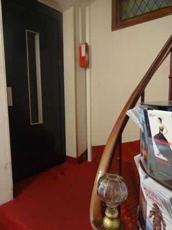 Hotel du Bresil : Escadaria e elevador.