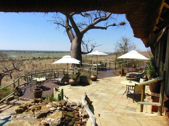 Ngoma Safari Lodge: Restaurant-Terrasse mit Flussblick