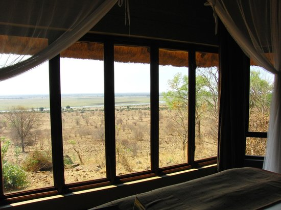 Ngoma Safari Lodge : Panoramafenster vor dem Doppelbett