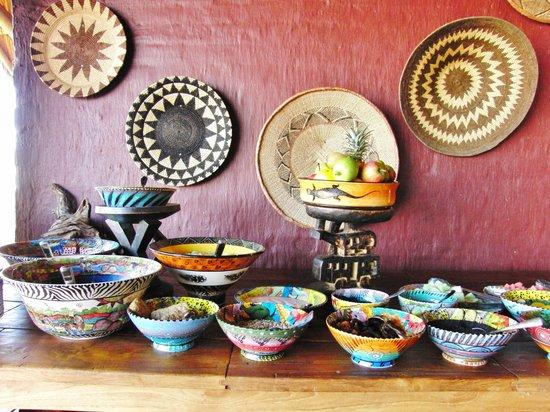 Ngoma Safari Lodge: handgemaltes Geschirr am Frühstücksbufett