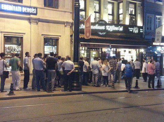 Sultanahmet Koftecisi : طابور فى انتظار الدور لدخول المطعم