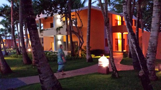 Iberostar Bavaro Suites: Hotelanlage im Bungalows zu je 8 Zimmern in Dämmerung