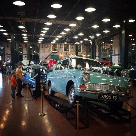 """Le musée Rahmi M. Koç : Зал с раритетными автомобилями. В кадре """"Форд Англия"""" из фильма """"Гарри Поттер"""""""
