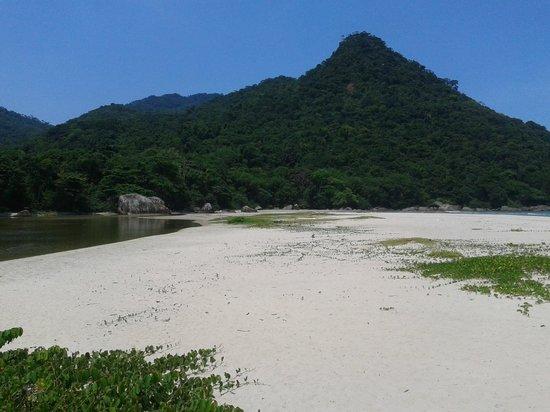 Dois Rios Beach : Rio do lado esquerdo