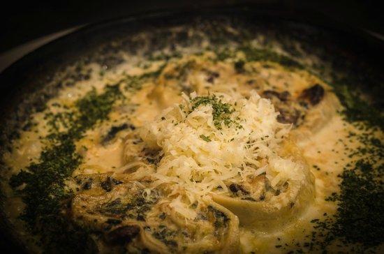 Al Forno: Rótolo de vegetales, hongos y grana padano cocido en horno de barro sobre sartén de hierro. Geni