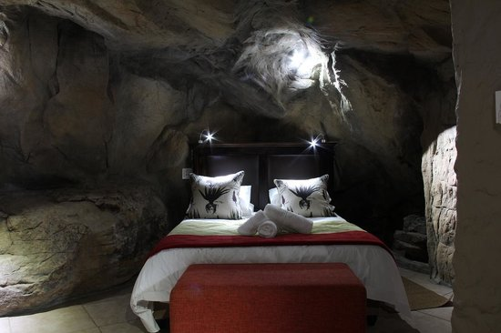 Kagga Kamma Nature Reserve: The cave