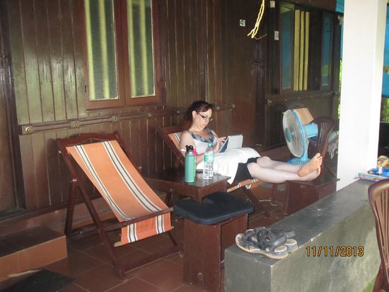 GK's Riverview Homestay: relaxing on the porch with the fan