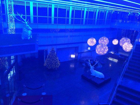 Radisson Blu Edwardian New Providence Wharf Hotel: Christmas decs up in the posh lobby area