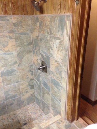 Chateau Hotel: shower in the Honeymoon Suite