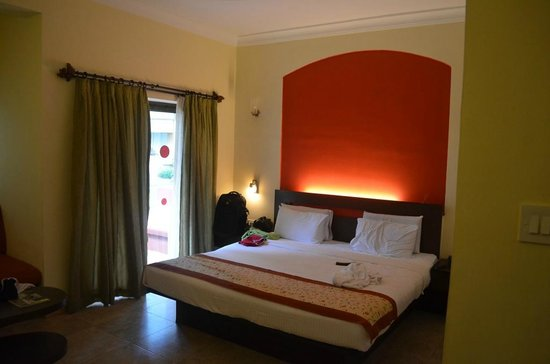 Whispering Palms Beach Resort : Nice room with a comfy bed