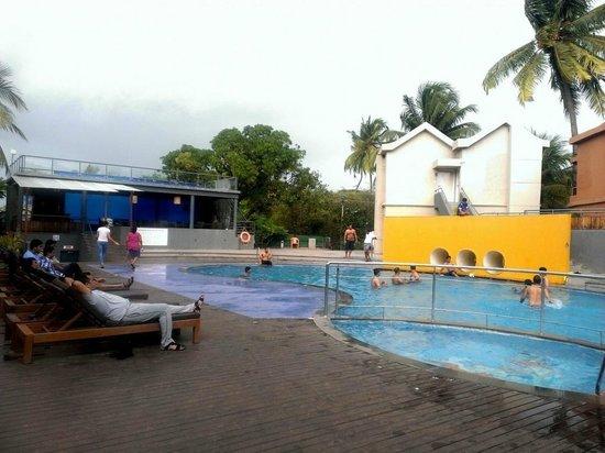 Whispering Palms Beach Resort : Swimming Pool