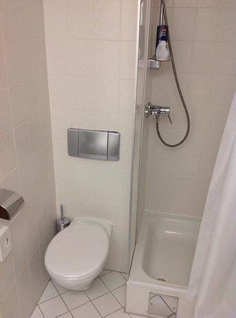 Mercure Hotel Kongress Chemnitz: Vorsicht beim setzen, enge Einfahrt, zwischen Duschabtrennung und WC-Papierhalter. Außerdem sind