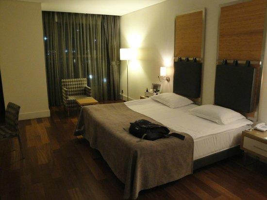 TAV Airport Hotel: Bedroom -- Kingsize bed