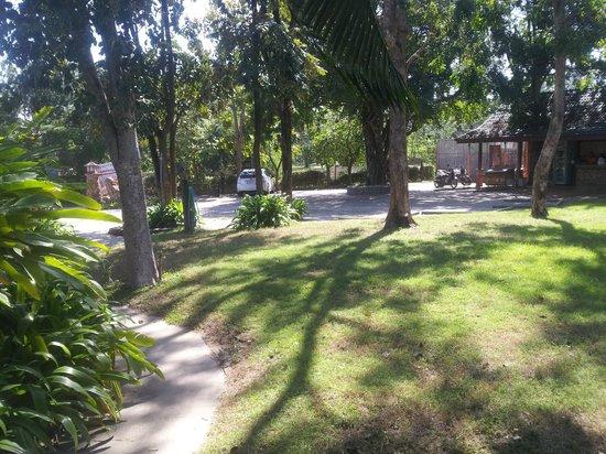 Chomtawan Resort : Trädgården ner mot parkeringen