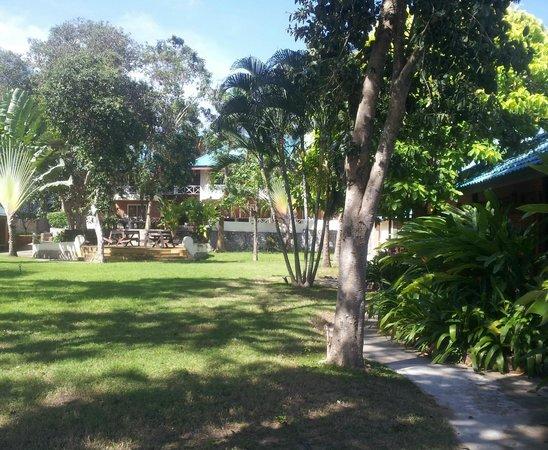 Chomtawan Resort : Vi bodde i ett av de små radhusen till höger här