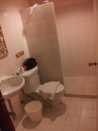 Chomtawan Resort : Egen toalett med tillhörande dusch
