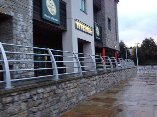 Premier Inn Caernarfon Hotel: Table table