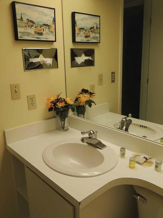 The Bridges Family Resort & Tennis Club: Little Yellow Bathroom