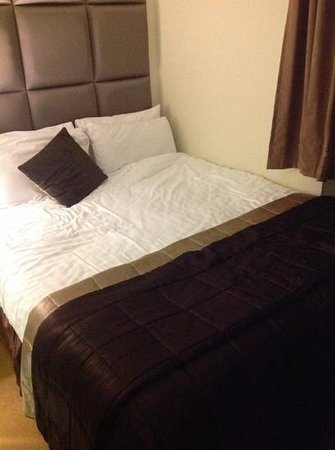 Grand Plaza Serviced Apartments: bed is against the wall