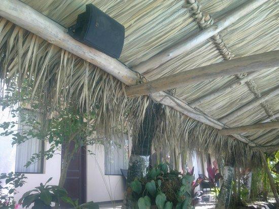 Hotel Coco Beach & Casino: casa del mar junto a las habitaciones ( se ve elaltavoz)