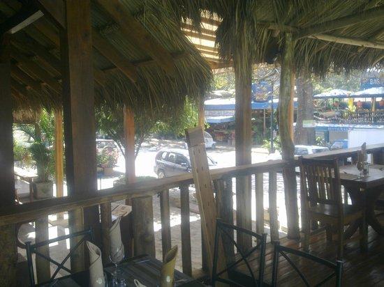 Hotel Coco Beach & Casino: comedor a la calle
