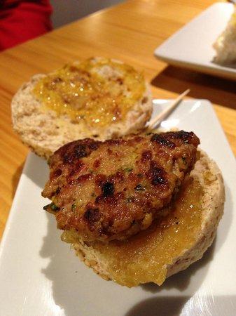 Vox Populi Gastromercado: Mini hamburguesa de cordero con especias y cebolla caramelizada.