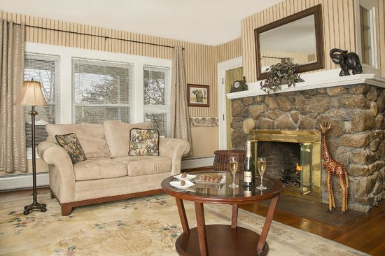 Glynn House Inn: Roosevelt Luxury Suite - sitting room with magnificent fireplace