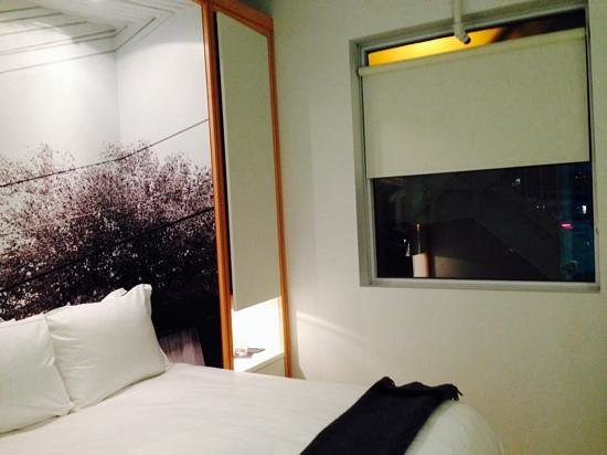 The Beverley Hotel: Large window!  Cool bed.
