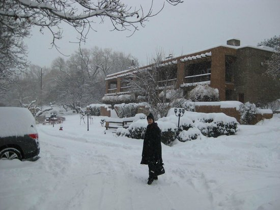 Bishop's Lodge Resort & Spa: Sunset Lodge during a snowstorm