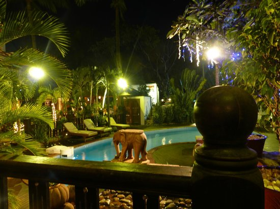 Hotel by the Red Canal, Mandalay : Kleiner Garten mit Pool